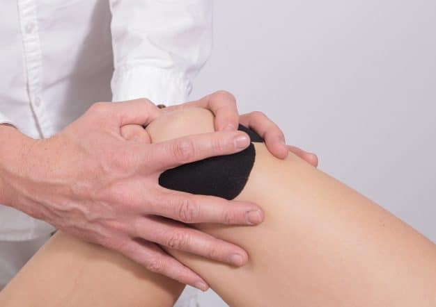 Mit Knieschmerzen in ärzlicher Behandlung
