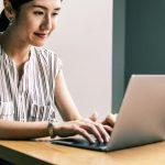 Glückliche Frau nach dem Abschluss eines Online-Kredits
