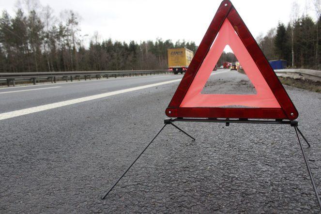 Ein Warndreieck muss stets im eigenen PKW mitgeführt werden, sonst drohen nicht nur Bußgelder