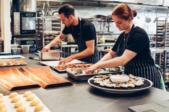 Gastro Küche mit zwei Köchen