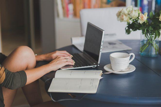 Am Laptop arbeiten um Geld zu verdienen