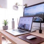 höhenverstellbarer Schreibtisch am Arbeitsplatz