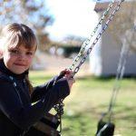 Kind auf Gartenschaukel