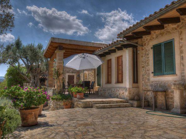 """Wer sich ohnehin in die Sonneninsel Mallorca verliebt hat und sich dieser Liebe sicher ist, für den könnte sich der Kauf einer Ferienimmobilie lohnen. Dann bedeutet die eigene Finca auf der Insel jedes Mal ein """"nach Hause kommen""""."""