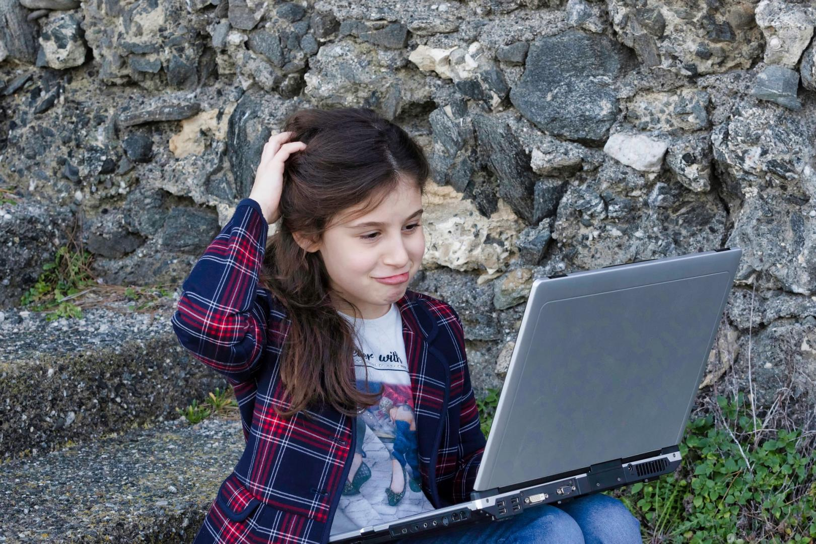 Kindertaugliche Suchmaschinen sind BlindeKuh, FragFINN, Helles Köpfchen und Qwant Junior.