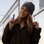 Raucherin einer E-Zigarette